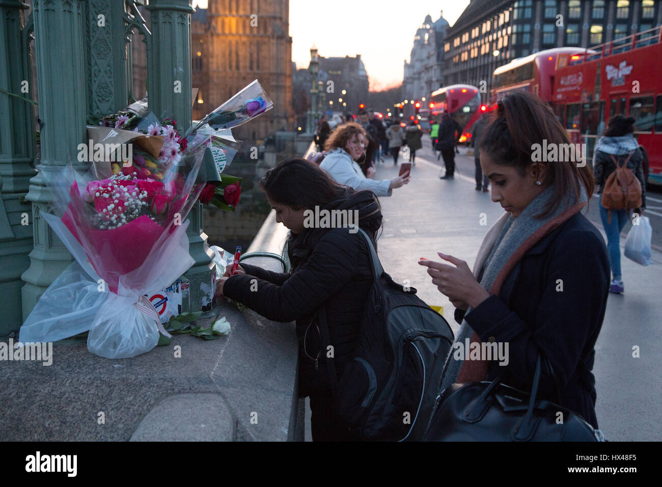 London, UK. 24th Mar, 2017. Londoners leave floral tributes on Westmister bridge folowing Wednesday's attack - Stock Image