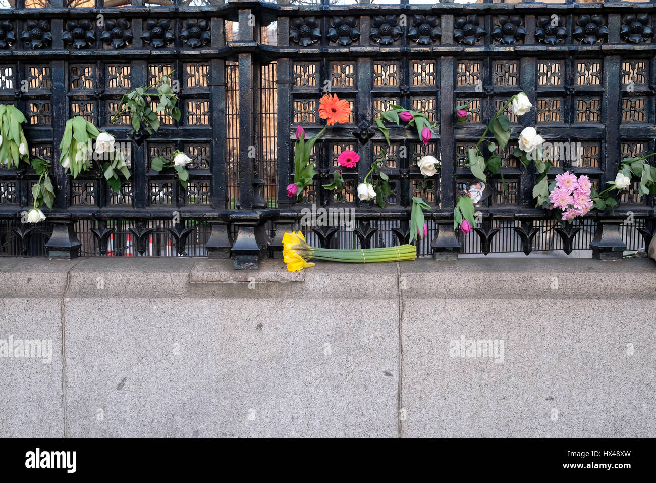 London, UK. 24th March 2017. Floral tributes to the victims of Westminster terror attack, Westminster, London. © - Stock Image