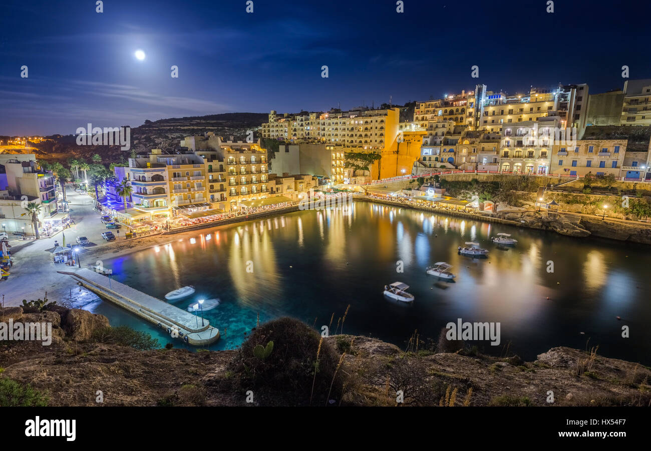 Xlendi, Gozo - Night photograph of Malta's most beautiful mediterranean town with busy night life, restaurants, - Stock Image