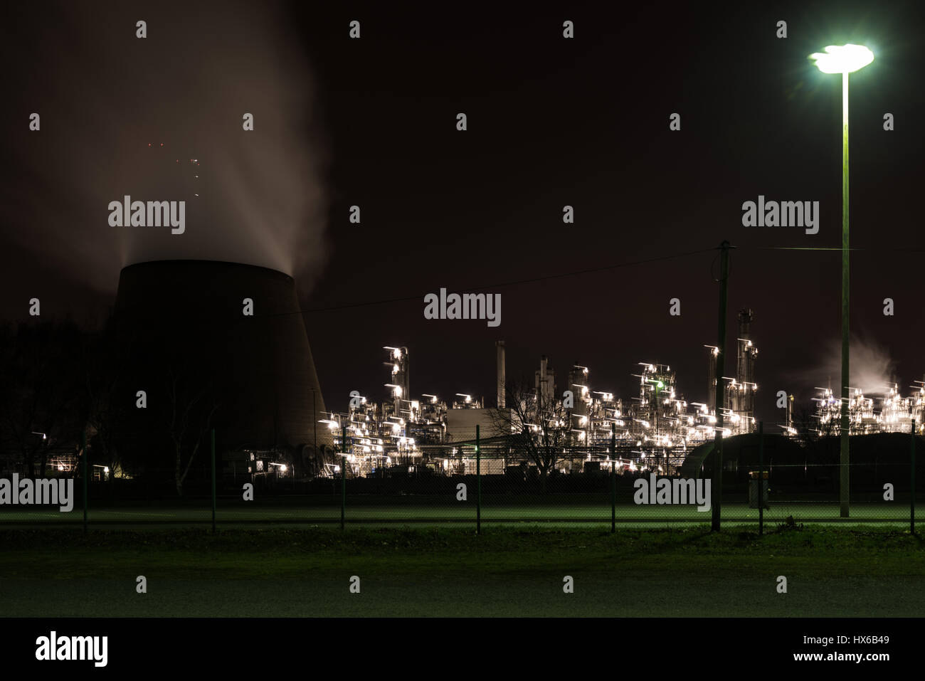Oil refinery at night - Stock Image