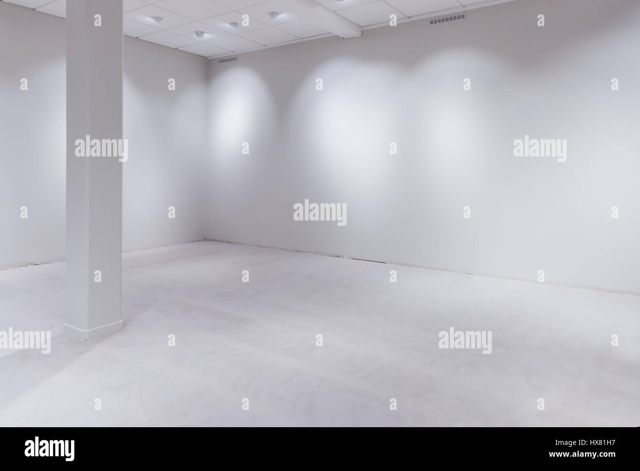Spot lights and blank white wall as copy space, empty department store or warehouse - Stock Image