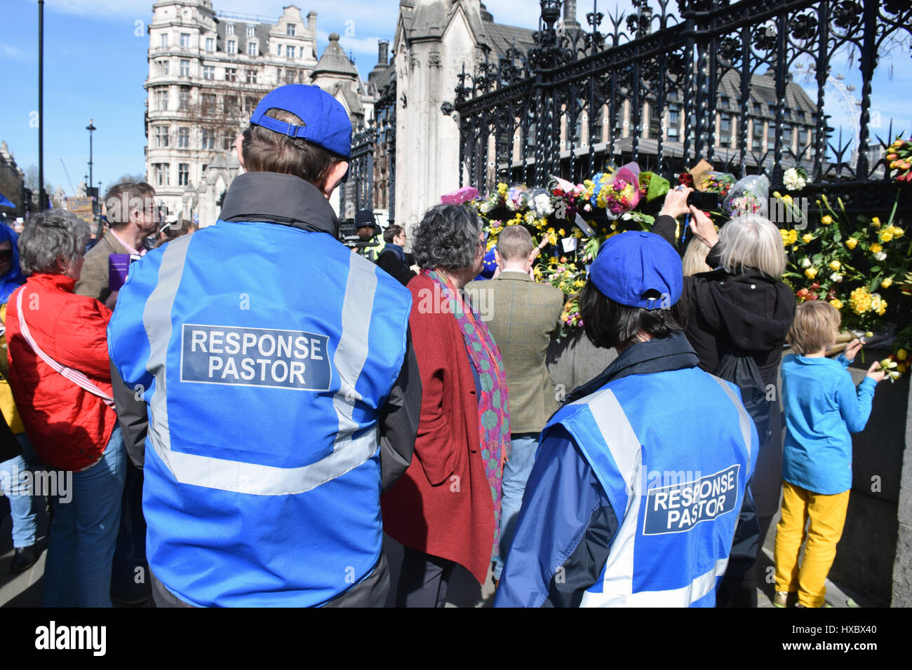 Response pastors & floral tributes outside Parliament for the victims of the terrorist attack on 22 March 2017. - Stock Image
