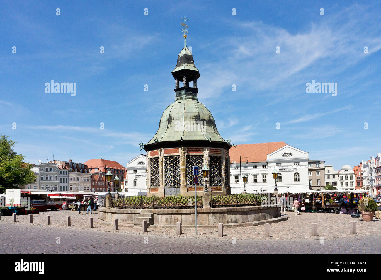 Marketplace of the Hanseatic town Wismar with the pavilion water art, Market Square Wismar with the pavilion fountain - Stock Image