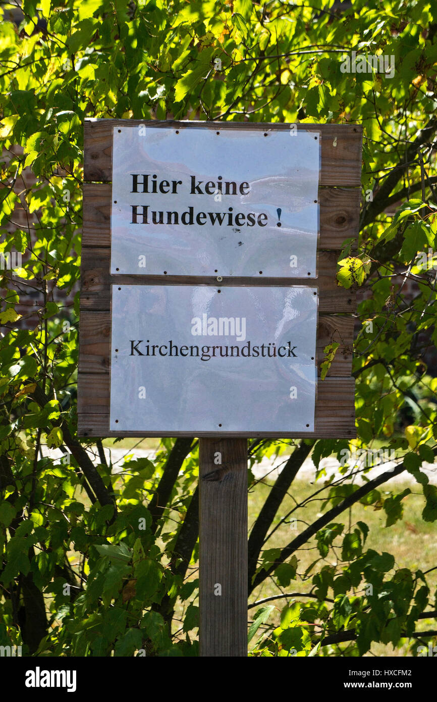 Sign for dog owners on a lawn, Sign for dog owners on a lawn  , Hinweisschild für Hundebesitzer auf einer Rasenfläche - Stock Image