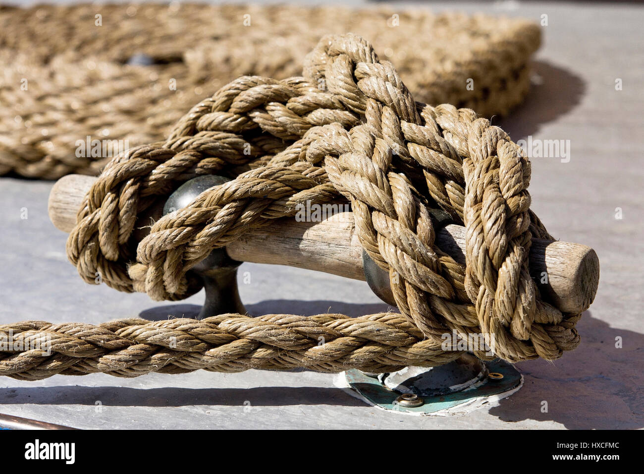 An occupied cleat of an old wooden boat, A cleat occupied by in old wooden boat  , Eine belegte Klampe von einem - Stock Image