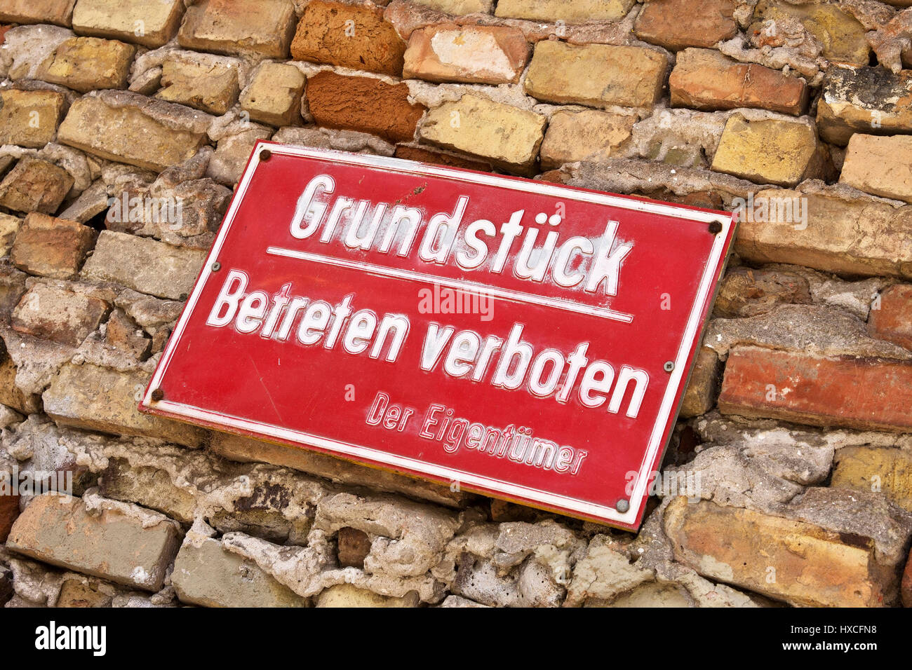 Sign on an old and ailing house wall, Sign on in old and dilapidated house flow |, Hinweisschild an einer alten - Stock Image