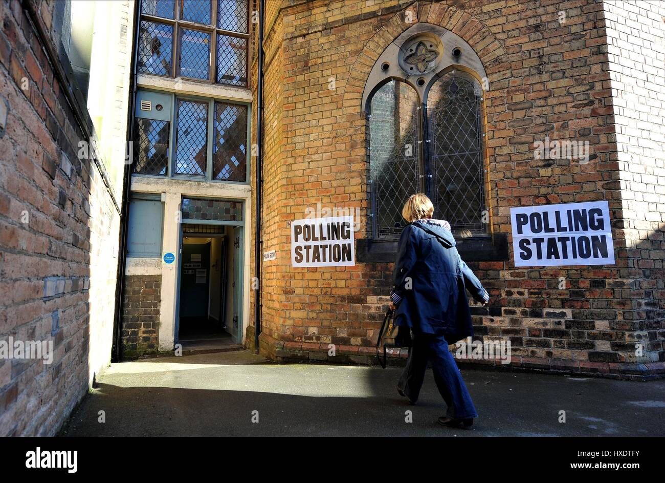 VOTER ENTERING ALBERMARLE BAPTIST CHURCH POLLING STATION POLLING DAY SCARBOROUGH 2015 07 May 2015 ALBEMARLE CRESCENT - Stock Image