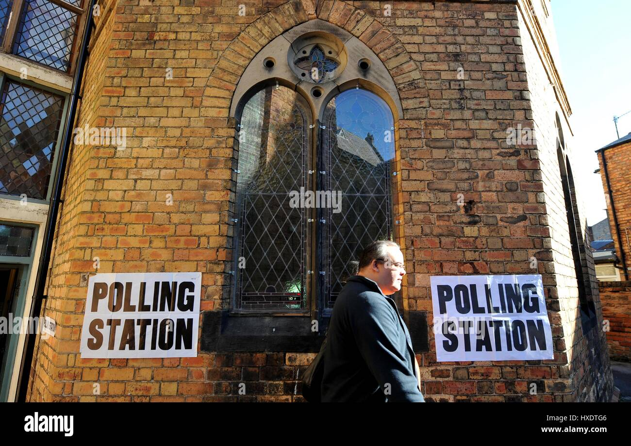 VOTER LEAVING ALBERMARLE BAPTIST CHURCH POLLING STATION POLLING DAY SCARBOROUGH 2015 07 May 2015 ALBEMARLE CRESCENT - Stock Image