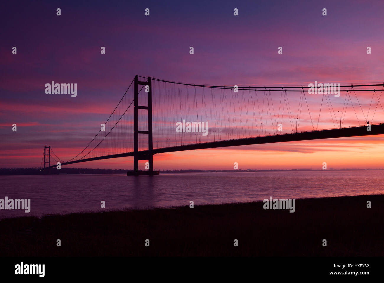 Barton-upon-Humber, North Lincolnshire, UK. 26th March 2017. The Humber Bridge at sunrise. - Stock Image