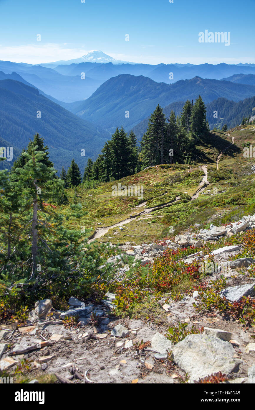 Hiking trail leads south  from Pinnacle Saddle and the Tatoosh Range to Mount Adams' volcanic peak - Stock Image