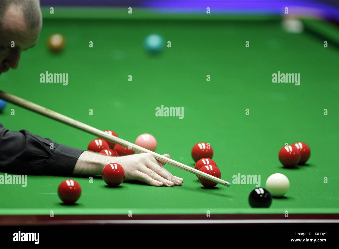 CUEING IN AMONGST THE REDS WORLD SNOOKER CHAMPIONS WORLD SNOOKER CHAMPIONSHIP THE CRUCIBLE SHEFFIELD ENGLAND 16 Stock Photo