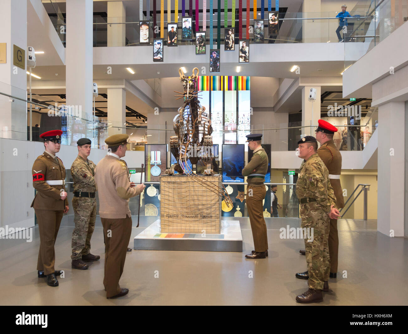 London, UK. 28 March 2017. Soldiers from the London Division look at the Desert Rat sculpture by Anna Redwood. The - Stock Image