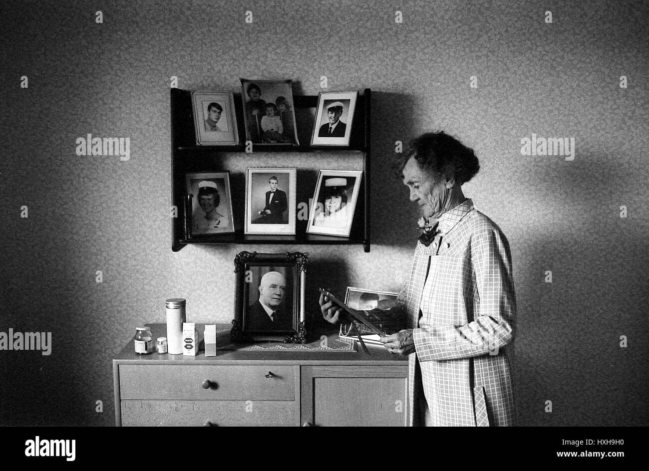 OLD WOMEN LOOKING AT PHOTOS ENGLAND 01 January 1970 - Stock Image