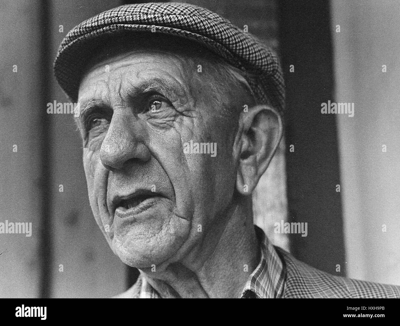 OLD MAN WITH FLAT CAP NORTH YORKSHIRE ENGLAND 01 January 1970 Stock ... 910774b57c7