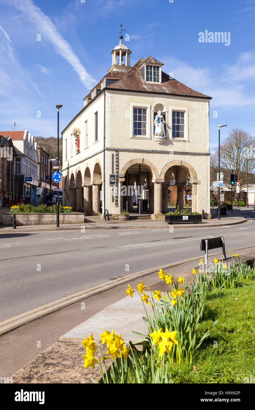 The Market House, built in 1738 with a statue of Queen Anne, in the Cotswold market town of Dursley, Gloucestershire - Stock Image