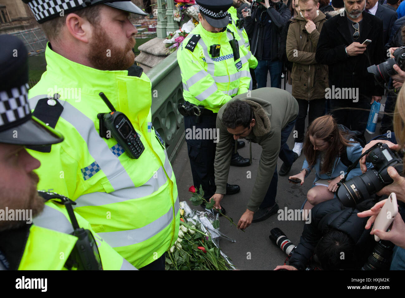 London, UK. 29th March, 2017. Metropolitan Police officers, faith leaders and members of the Muslim community pay - Stock Image