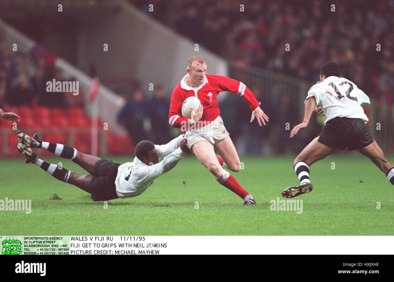 FIJI GET TO GRIPS WITH NEIL JENKINS. 11 November 1995 - Stock Image
