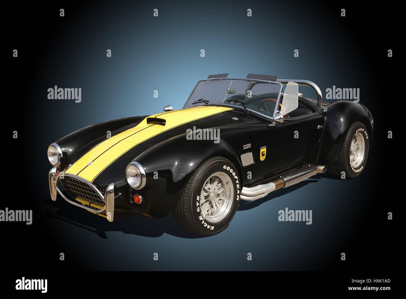 Auto- 1964 AC Cobra. Ford Shelby Cobra 427. Black with Yellow Stock Photo: 136871797 - Alamy