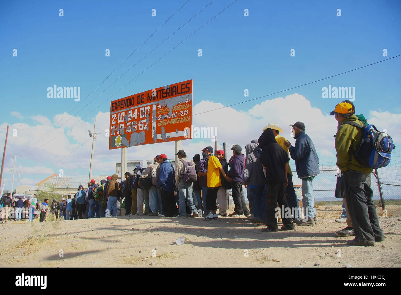 Migrants, delinquent and indigent waits for the train that travels to Sonora with Arizona to cross to the United - Stock Image
