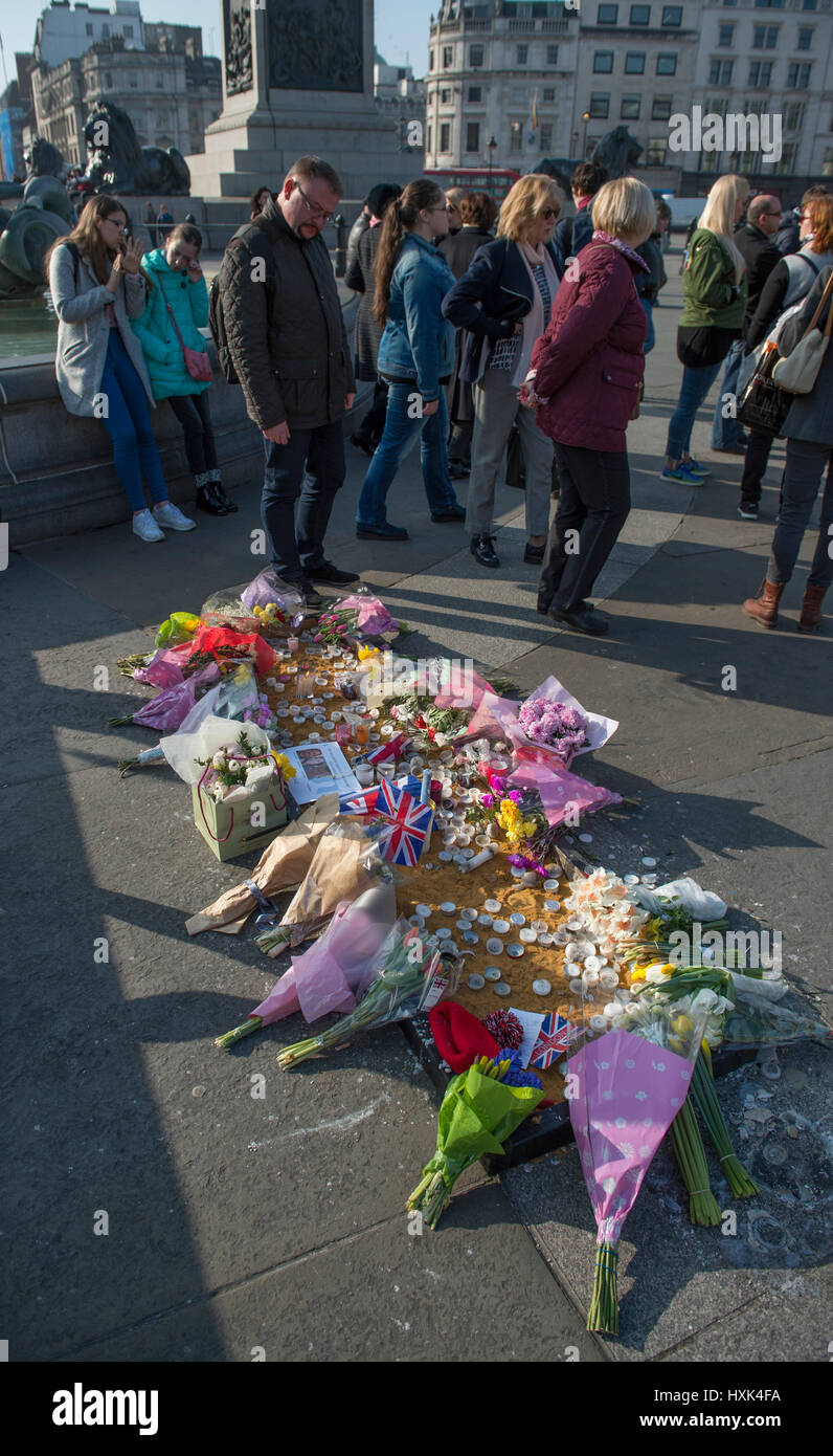 London. 28th March 2017. Flowers laid in Trafalgar Square in remembrance of the victims of the terrorist attack - Stock Image
