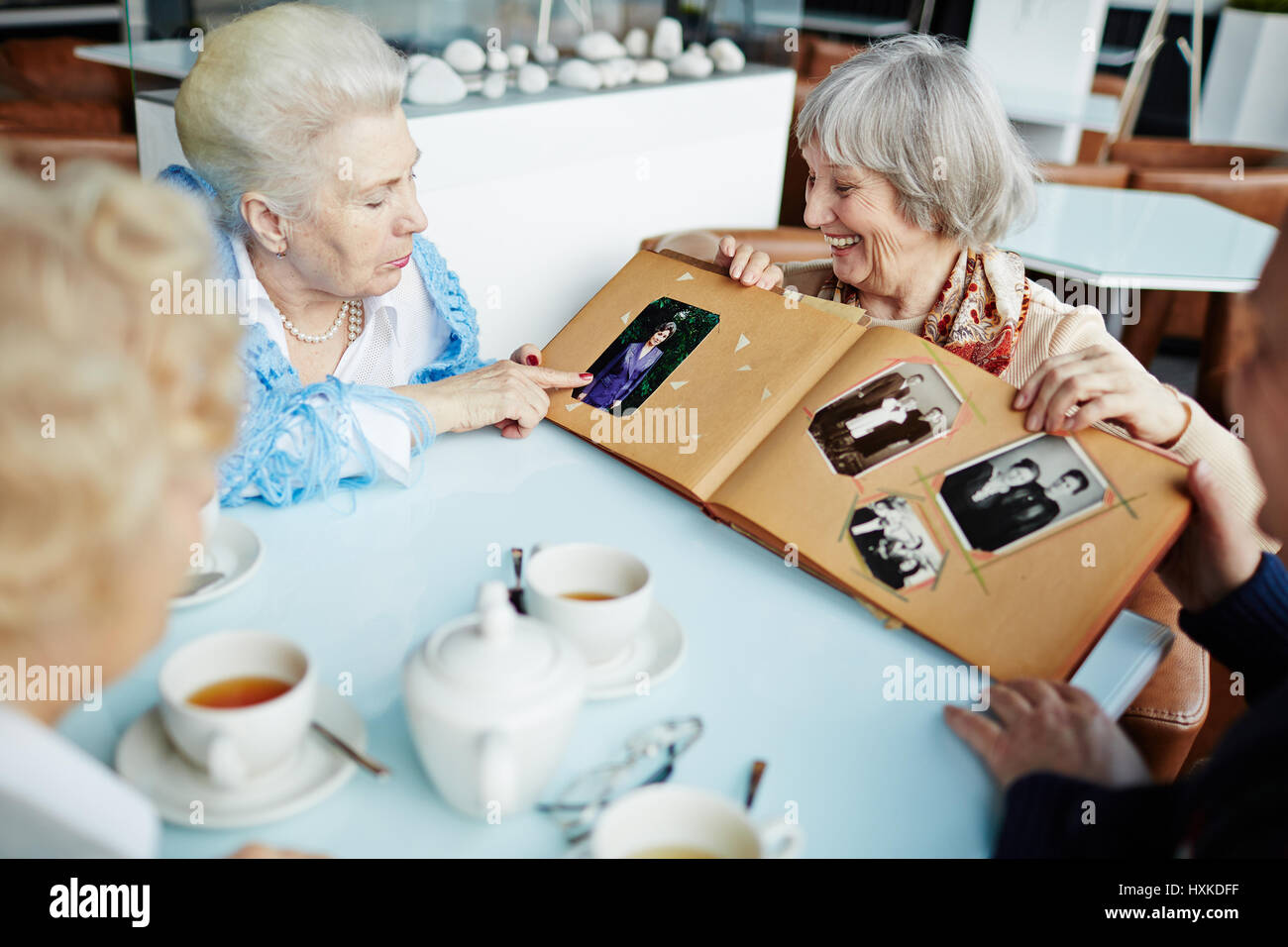 Seniors relaxing in cafe - Stock Image