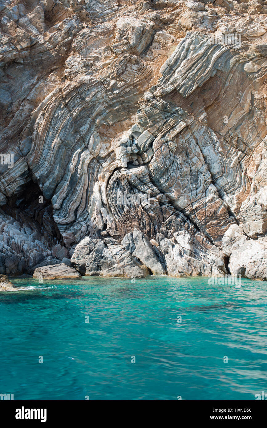 Felsformation und klares blau-gruenes Wasser auf der Insel Iraklia, kleine Kykladen, Griechenland - Stock Image