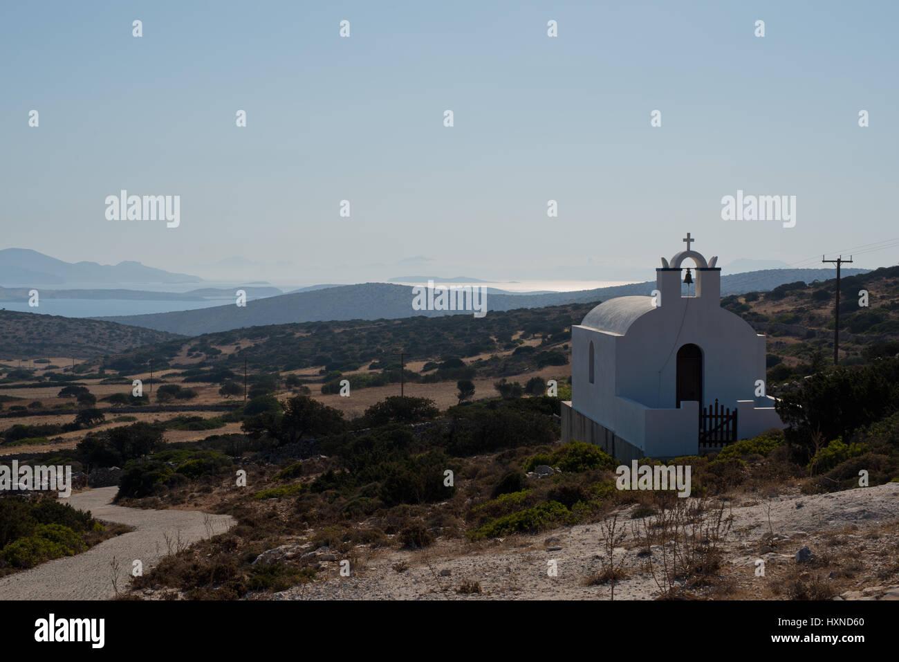 Blick über eine Kapelle auf die Hügel der Insel Iraklia, kleine Kykladen, Griechenland - Stock Image