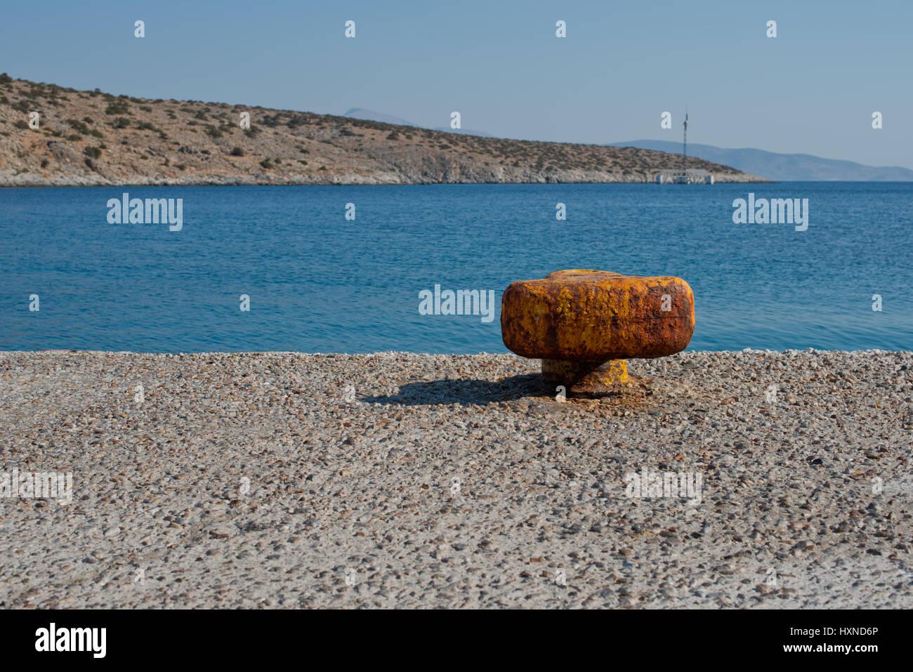 rostiger Poller am Hafen der Insel Iraklia, kleine Kykladen, Griechenland - Stock Image