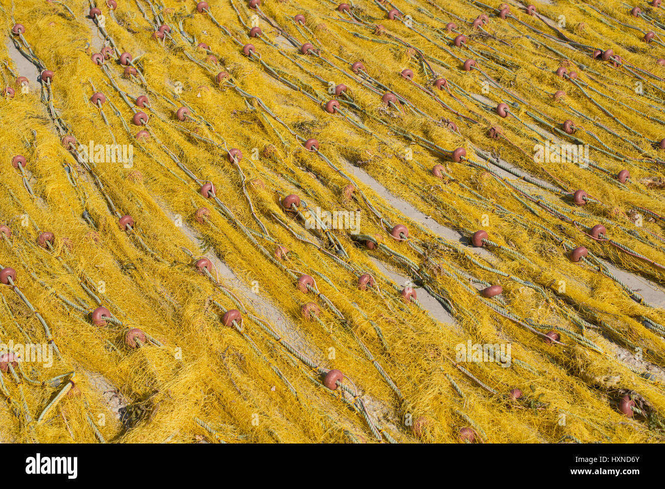 gelbe Fischernetze trocknen am Hafen in Iraklia Insel, kleine Kykladen, Griechenland - Stock Image