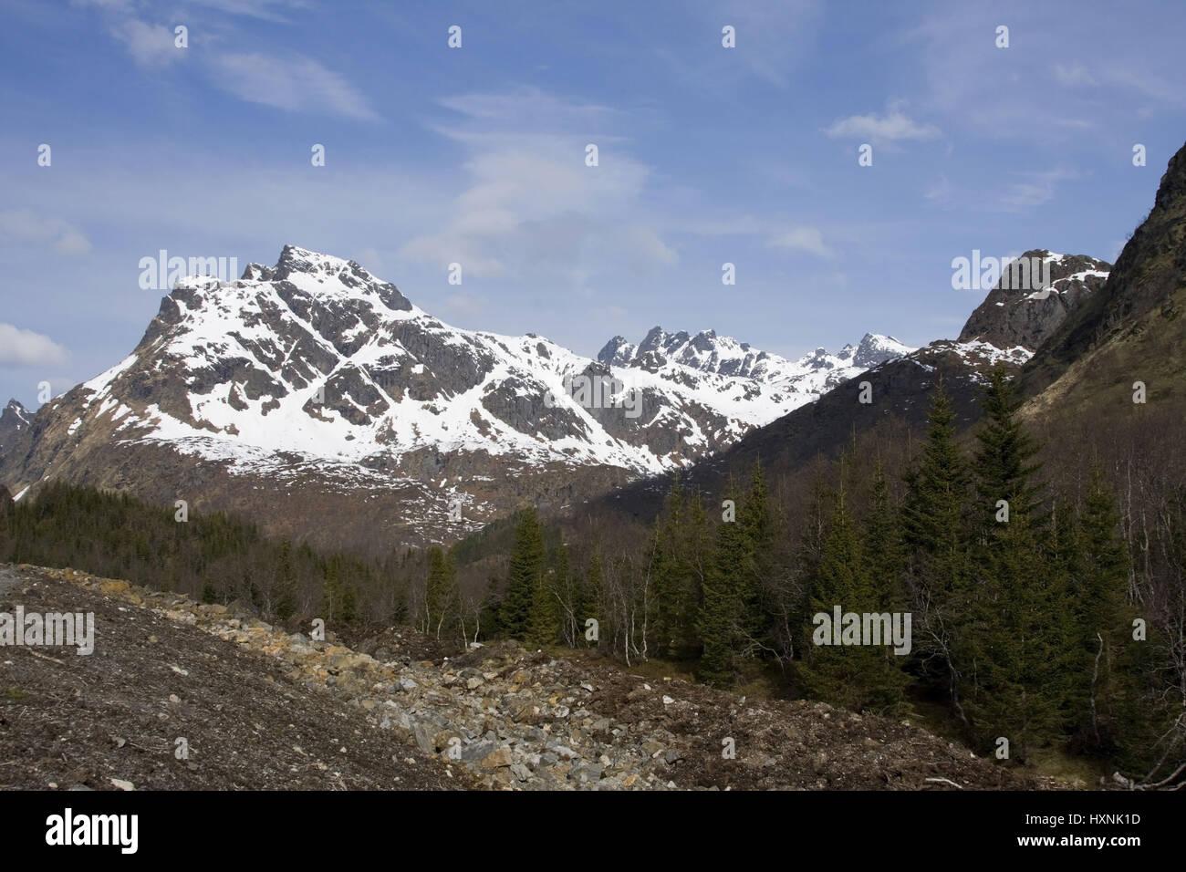 Snowy mountains in the spring, Lofoten, Schneebedeckte Berge im Fruehling - Stock Image