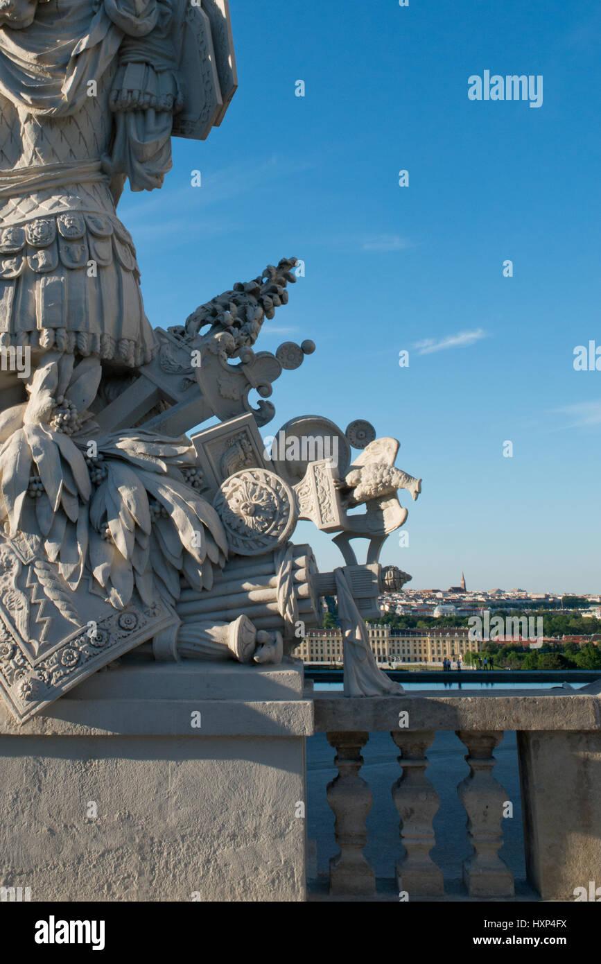 Schloss Schönbrunn hinter den Statuen der Gloriette, Wien Österreich - Stock Image