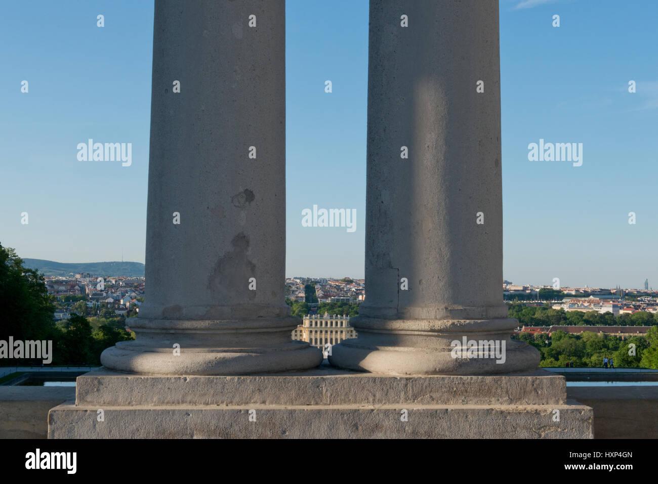 Schloss Schönbrunn durch die Säulen der Gloriette, Wien Österreich - Stock Image