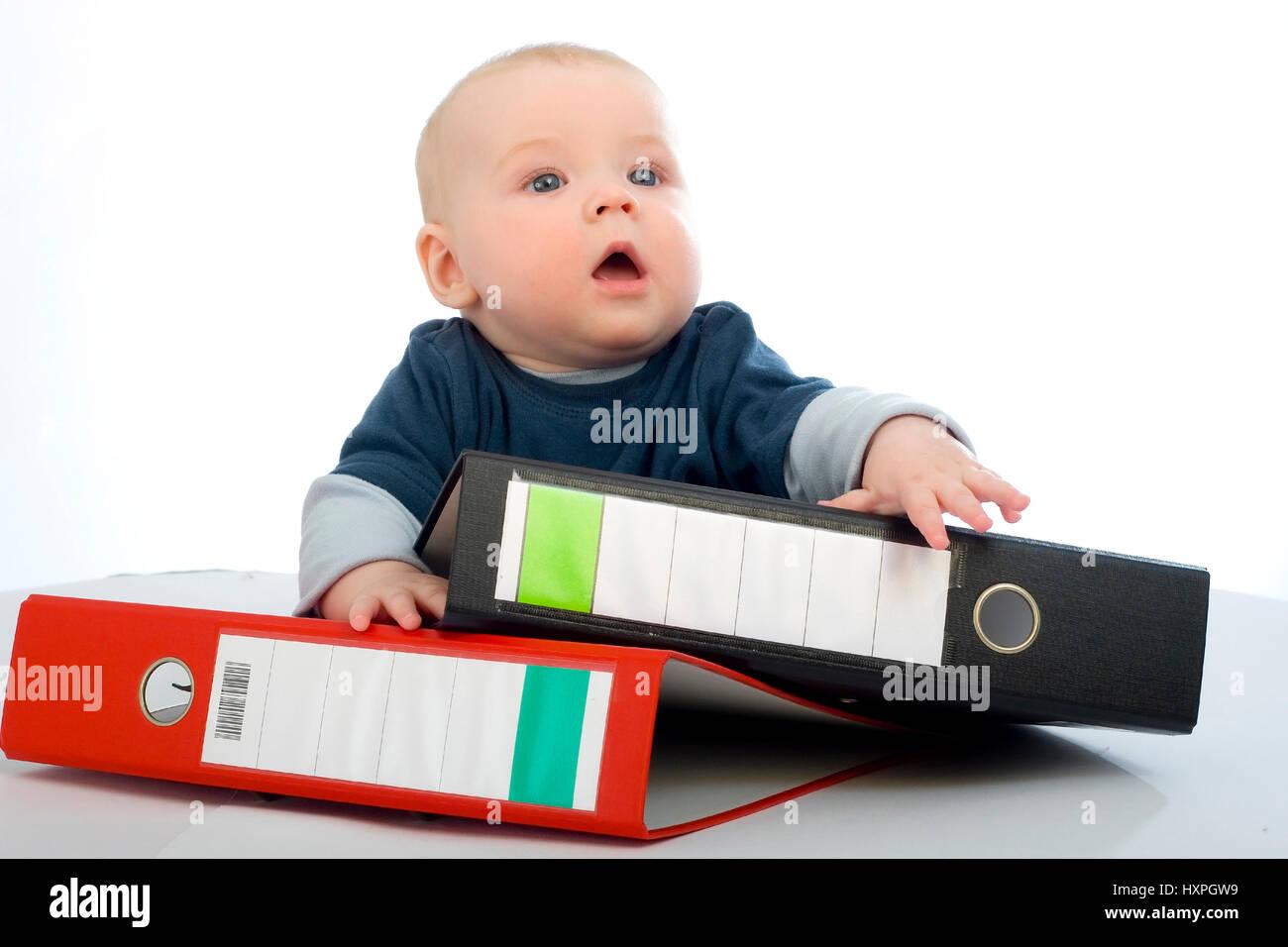 6-year-old boy with files (mr), sechsjähriger Junge mit Aktenordnern (mr) - Stock Image