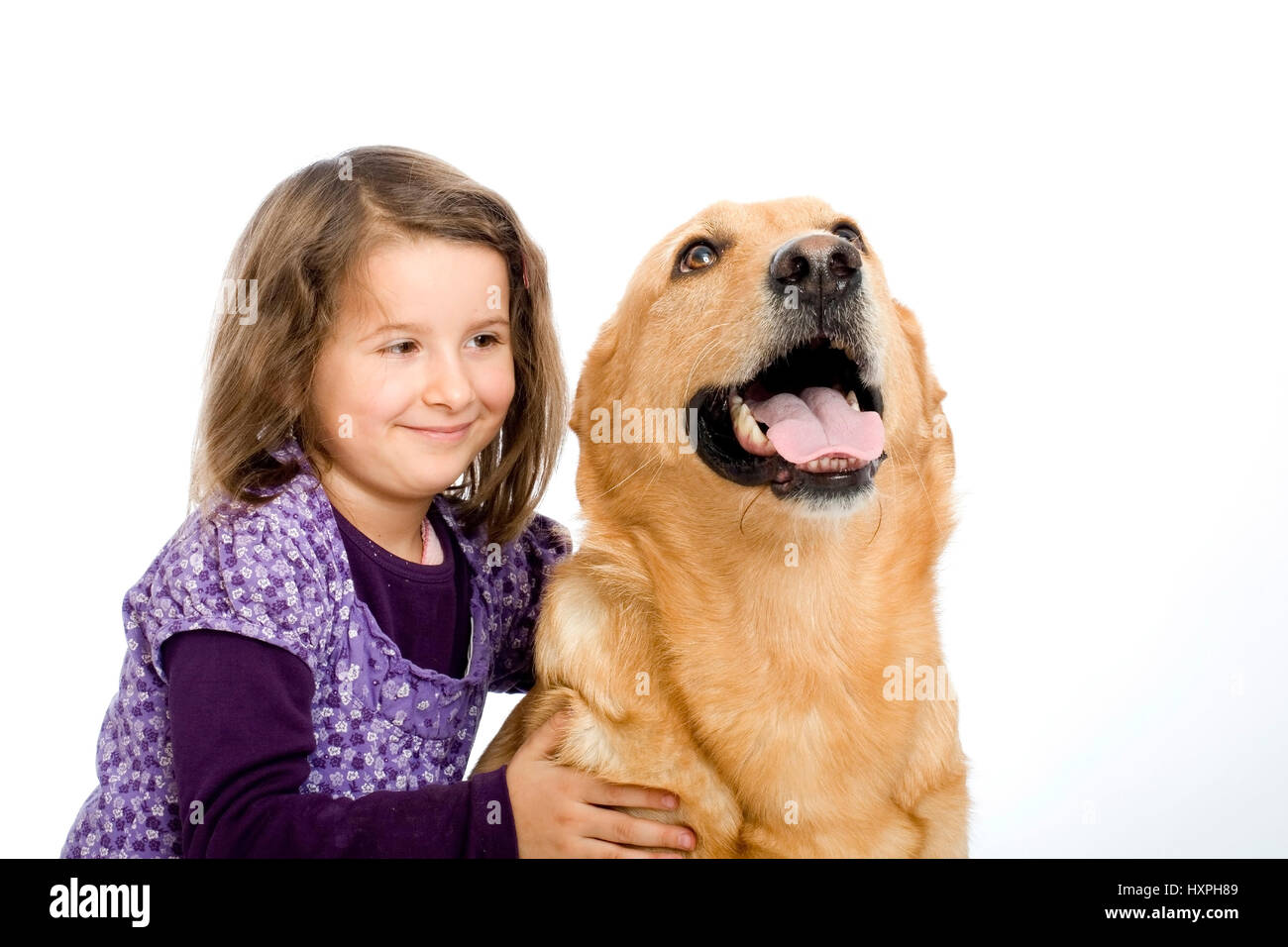 6-year-old girl cuddles retriever's schnauzer hybrid, (mr), sechsjähriges Mädchen schmust mit Retriever-Schnauzer Stock Photo