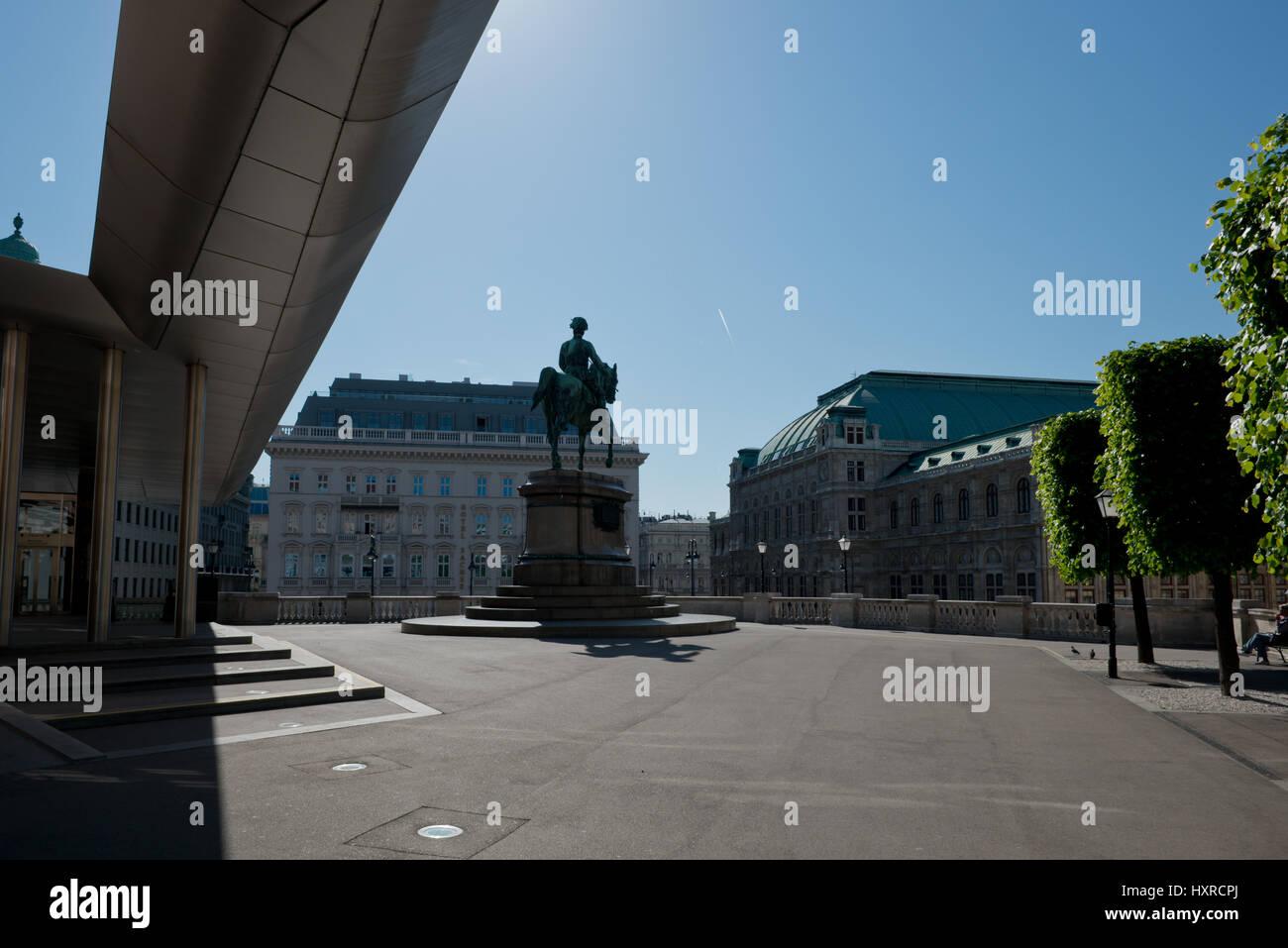 Soravia Wing vor der Albertina mit Standbild Erzherzog Albrecht und Oper, Wien - Stock Image