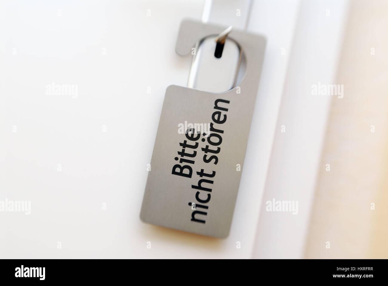 'Door with sign ''Request do not disturb''', Tür mit Schild 'Bitte nicht stören' - Stock Image