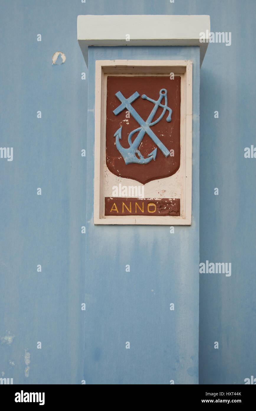 blaues Kreuz - Anker Symbol auf dunkelrotem Emblem und blauem Hintergrund, Insel Kastellorizo, Dodekanes, Griechenland - Stock Image