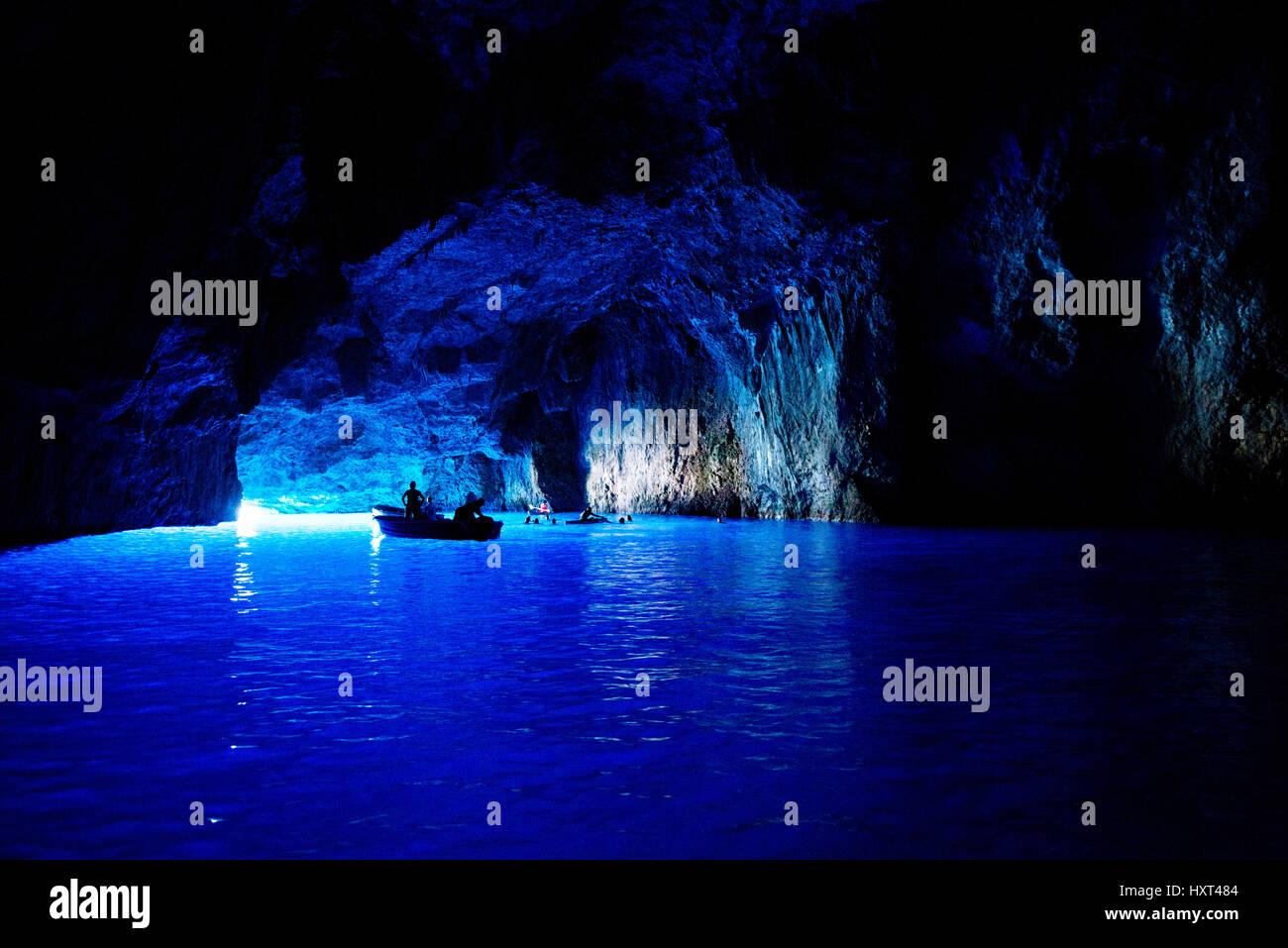 Große blaue Grotte mit Booten und Schwimmern, Insel Kastellorizo, Dodekanes, Griechenland - Stock Image