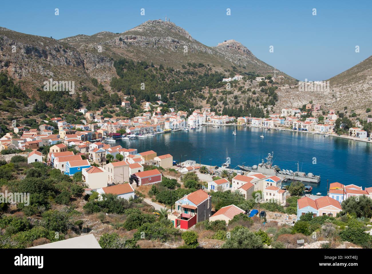erhöhte Hafenansicht mit Bucht, Häusern, Booten, Bäumen und Bergen, Insel Kastellorizo, Dodekanes, Griechenland Stock Photo