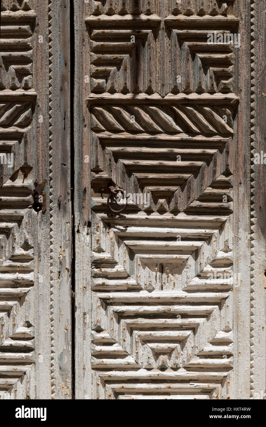 alte, reichgeschnitzte Eingangstüre aus Holz mit grafischen Mustern und Beschlägen, Insel Kastellorizo, - Stock Image