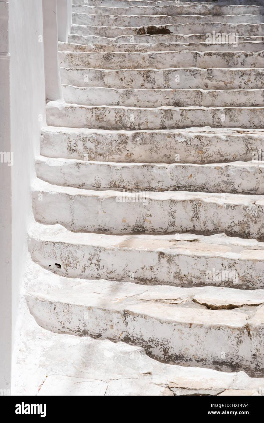 weiß gestrichene antike Treppe in starkem Sonnenlicht mit leichter Dreheng nach links, Insel Kastellorizo, - Stock Image