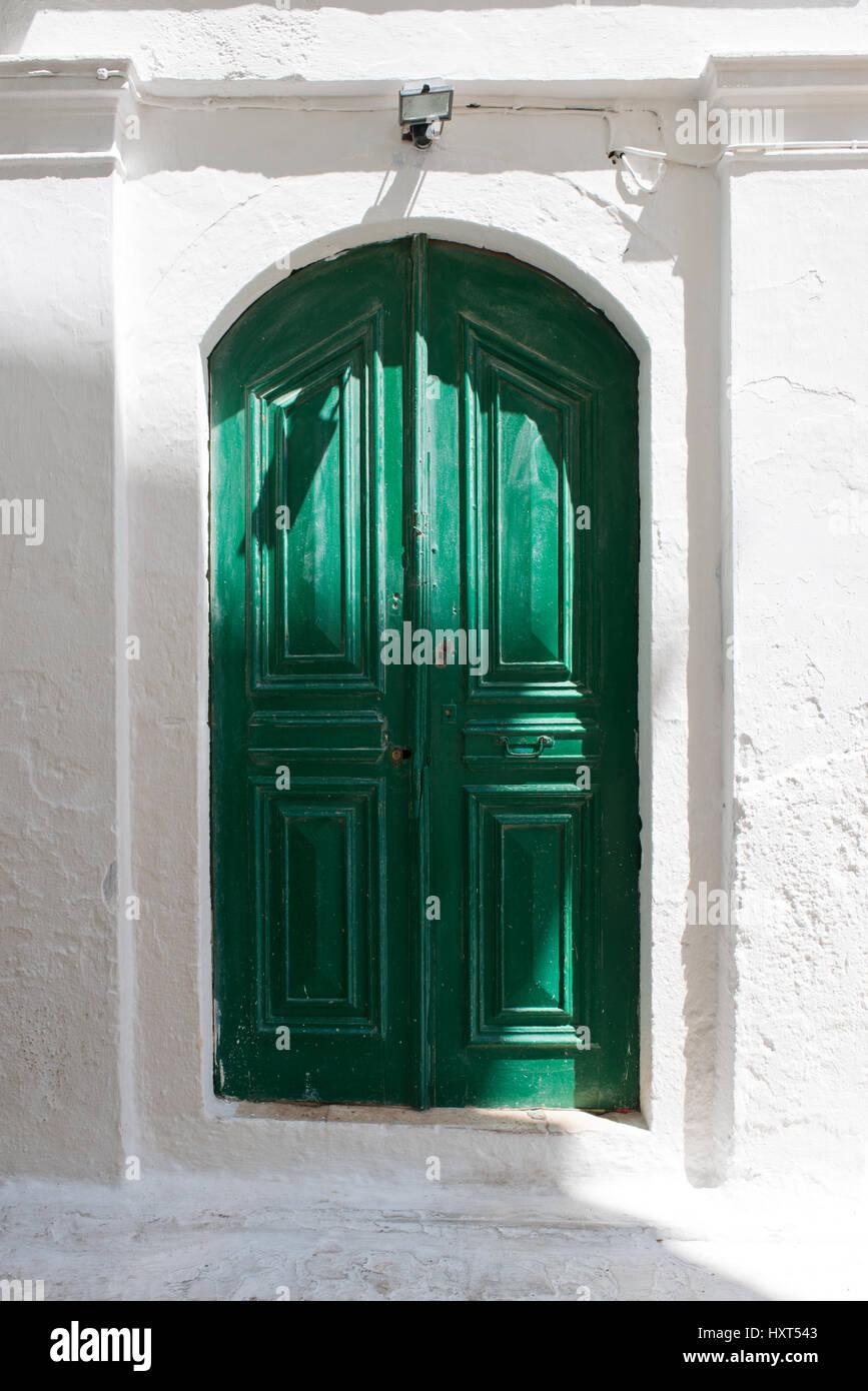 antike grün gestrichene Holztüre in weißer Hauswand, Insel Kastellorizo, Dodekanes, Griechenland - Stock Image