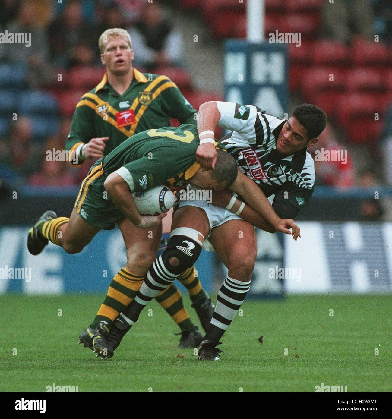 MARK COYNE IS TACKLED BY STEPHEN KEARNEY AUST V NZ 22 October 1995 - Stock Image
