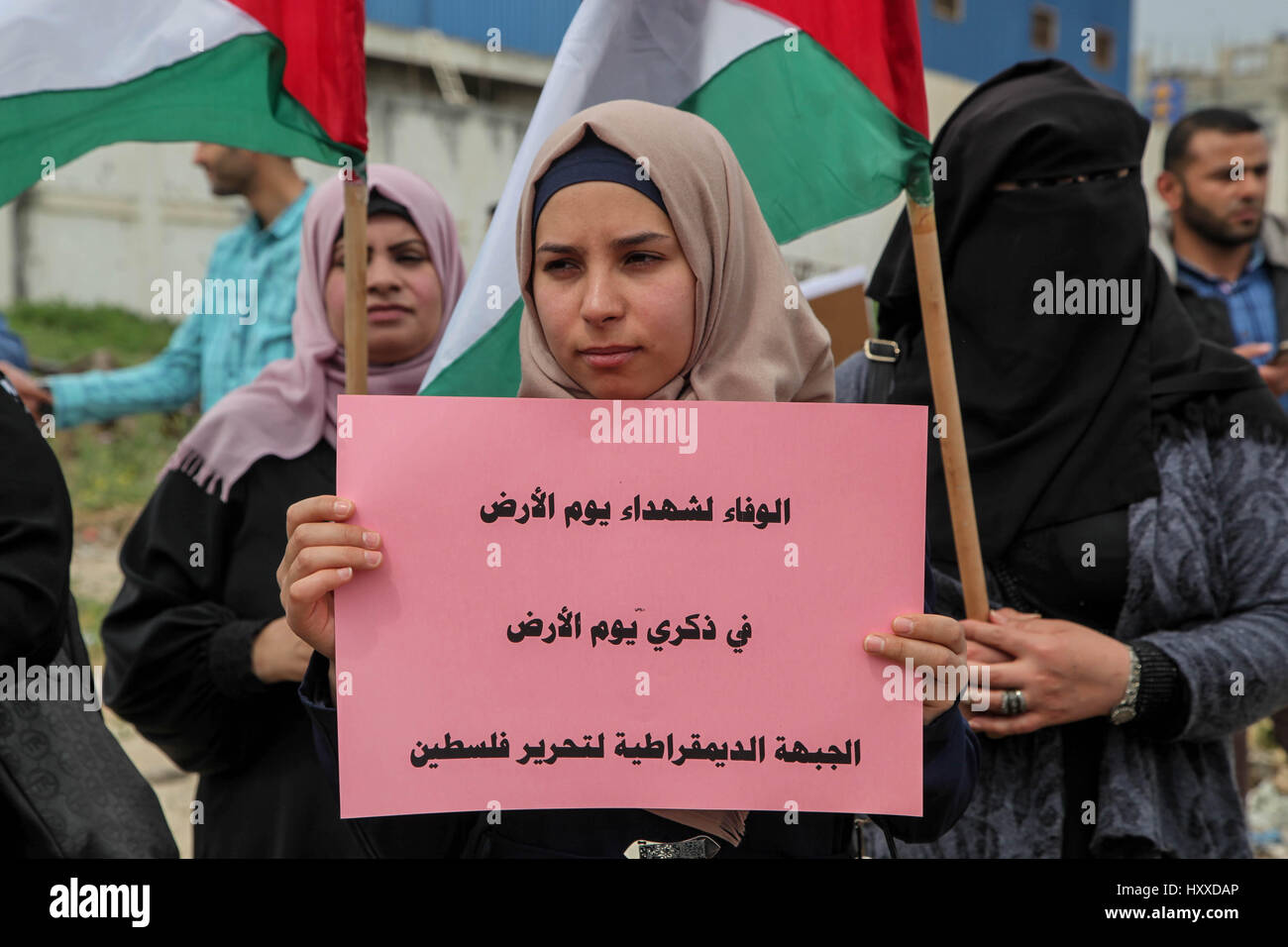 Gaza, Palestine. 30th Mar, 2017. Palestinian women hold flags and banners during the commemoration of the 41st Palestinian - Stock Image