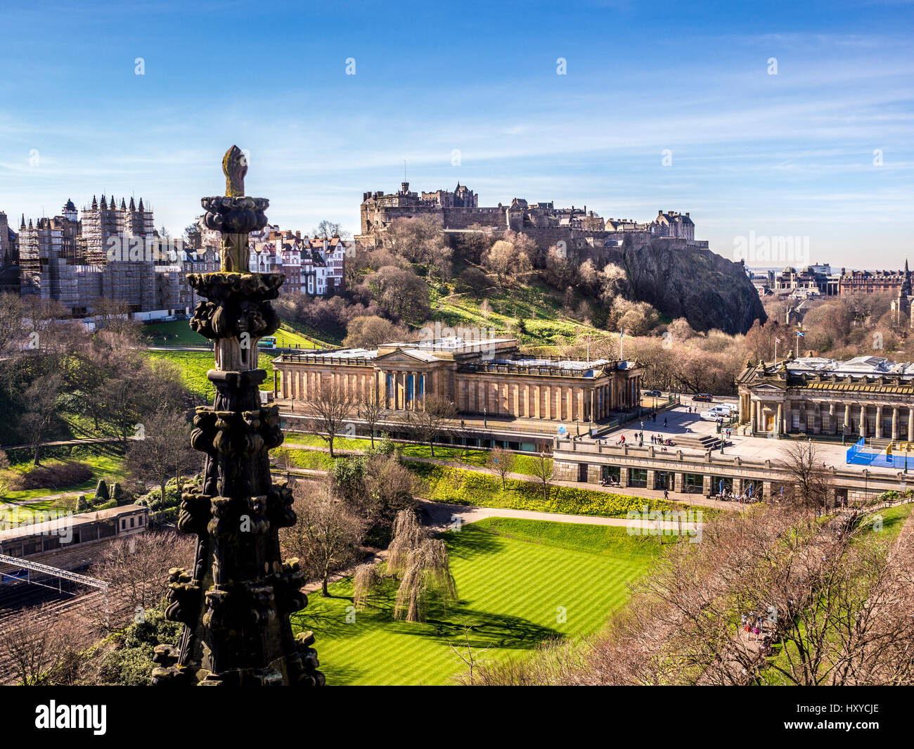 Edinburgh Castle. Scottish National Gallery, viewd from the Scott Monument, Edinburgh, Scotland, UK. - Stock Image