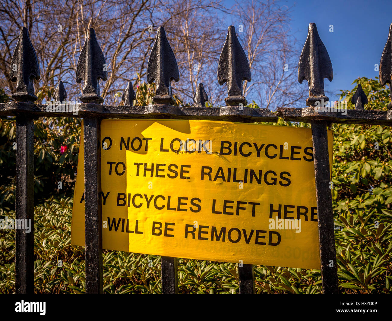 Sign: Do not lock bicycles to these railings. Any bicycles left here will be removed - Stock Image