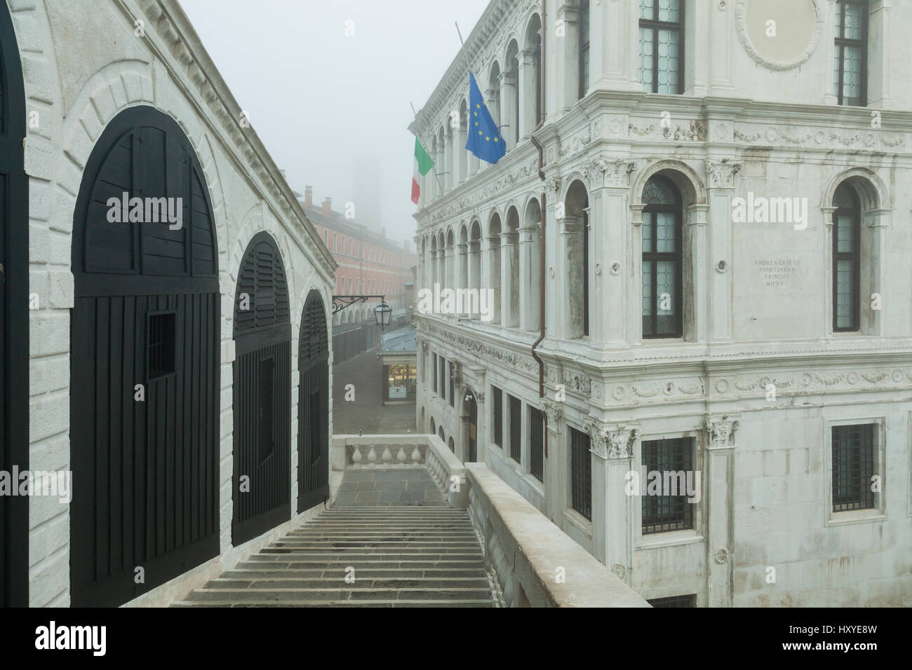 Foggy morning on Rialto Bridge, Venice, Italy. Looking towards San Polo district. - Stock Image