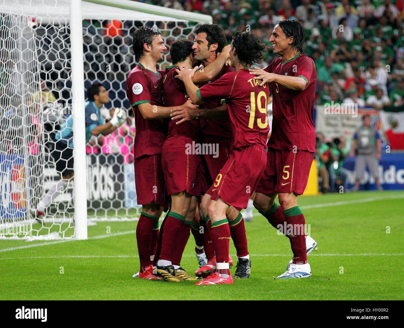 SABROSA SIMAO AND TEAM MATES PORTUGAL V MEXICO GELSENKIRCHEN GERMANY 21 June 2006 - Stock Image