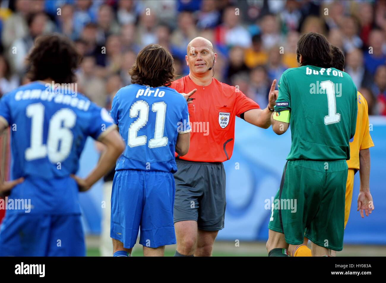 PLAYERS APPEAL TO REFEREE ITALY V ROMANIA LETZIGRUND STADUIM ZURICH SWITZERLAND 13 June 2008 - Stock Image