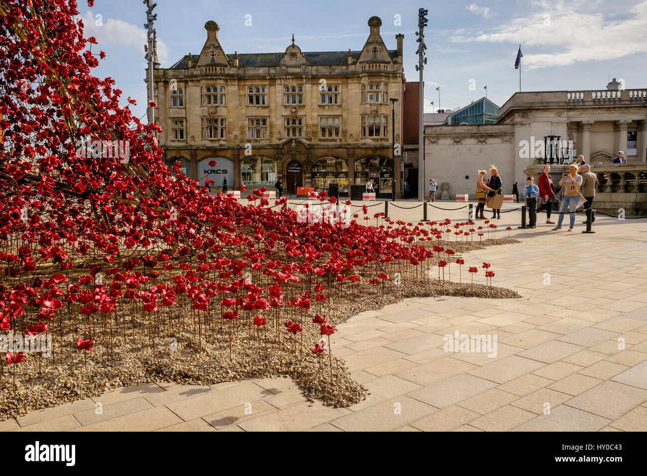 Poppies Weeping Window by artist Paul Cummings & designer Tom Piper to commemorate the First World War - Stock Image